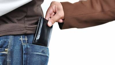 Policeman suspended for stealing wallet