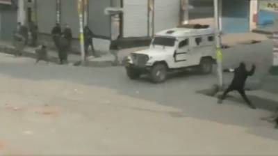 Indian security forces vehicles attacked in Occupied Kashmir (VIDEO)