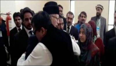 Dr Tahir ul Qadri caught in awkward situation as infamous Gulu Butt hugged him in SC