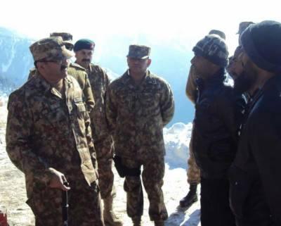 Commander Rawalpindi Corps visits troops along LoC in Kel Sector