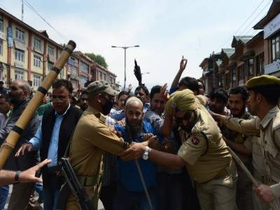 Indian troops crackdown against youth in occupied Kashmir, over a dozen arrested