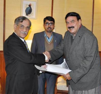 Railways Minister presents Rs60m cheque to CJP for dams