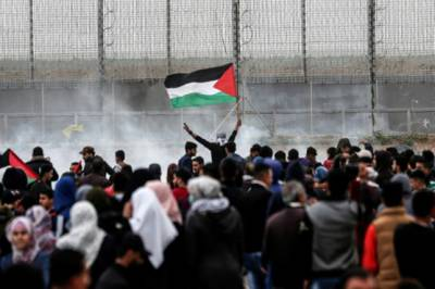 Israeli troops martyr three as Tens of thousands of Gazans gather at Israeli border