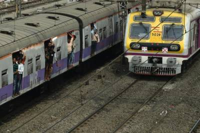 Three selfie crazy Indian teens killed by incoming train