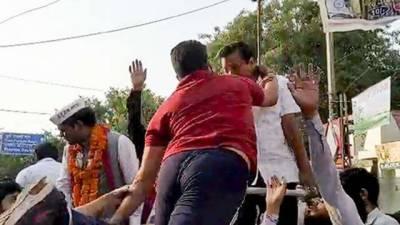 (VIDEO): Delhi CM Arvind Kejriwal slapped in New Delhi Show