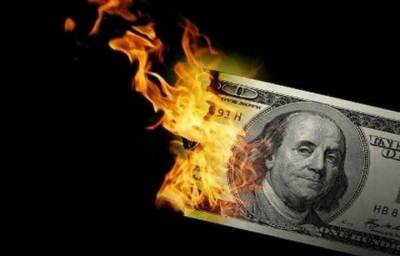 Pakistani Man set his US Dollars on fire to support the economy and tumbling rupee