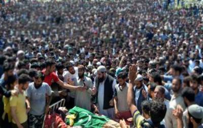 Thousands of mourners attend funeral prayers of Kashmiri martyrs