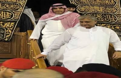 Doors of KhanaKaaba opened for Pakistan Army Chief while performing Umrah