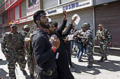 Indian troops resort to tear gas shells and pellet gunfire in Occupied Kashmir on people defying curfew