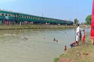 In a worst, Pakistan Railways yet another train catches fire