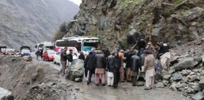 Karakoram Highway completely blocked, hundreds of passengers stranded overnight