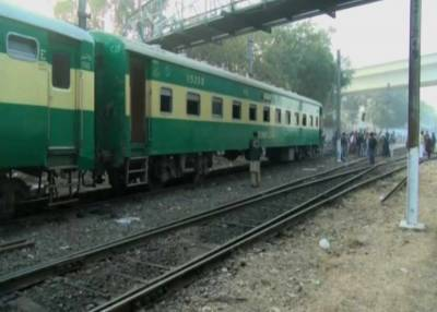 Pakistan Railways Jinnah Express bogies derailed near Lahore Railways Station