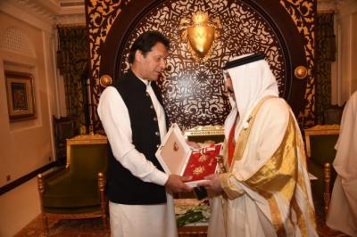 Pakistani PM Imran Khan awarded with highest civil award of Bahrain by King Hamad