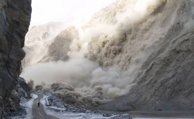 Landsliding in Northern Areas of Pakistan plays havoc, atleast 6 killed and over 30 trapped in debris