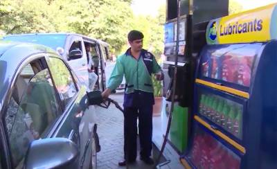 Federal government makes a drastic cut in the prices of the petroleum products across the country