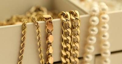 Gold price increases Rs900 traded at Rs98,900 per tola
