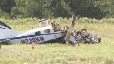 Airplane crashes while making emergency landing