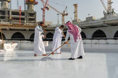 Saudi men special team made a new record of cleaning Holy Kaaba roof in 40 minutes